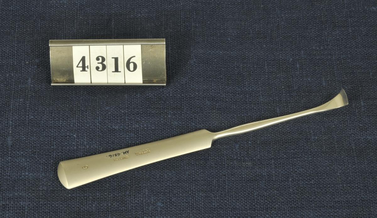 Spatlar, knivar, tänger, peanger, sax, spruta och stetoskop Instrumenten är från 1900-talets första del och har använts vid militära sjukhus.