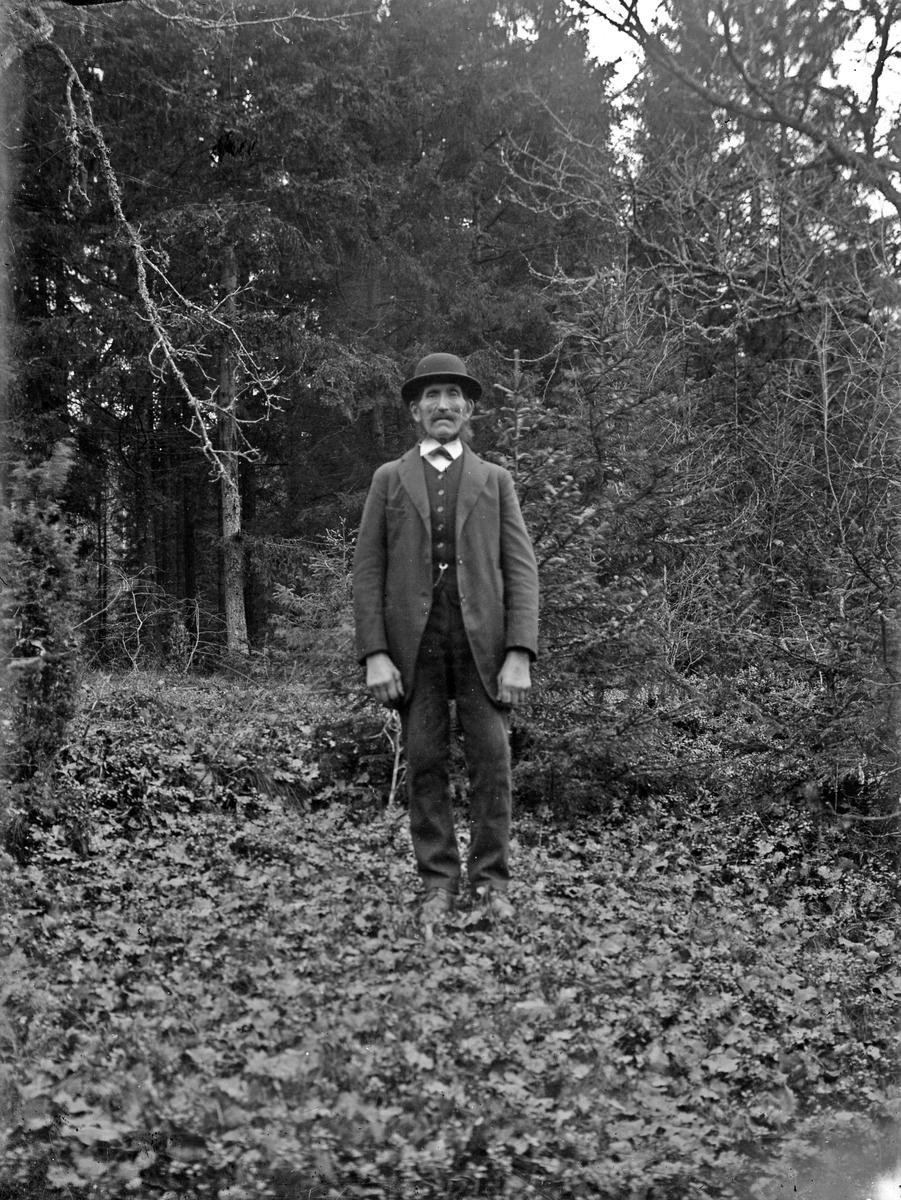Johannes Johansson på Hagås, torp under Österbodarne. Johannes Johansson var lantarbetare/statare på Österbodarne, torpet sköttes på kvällarna.