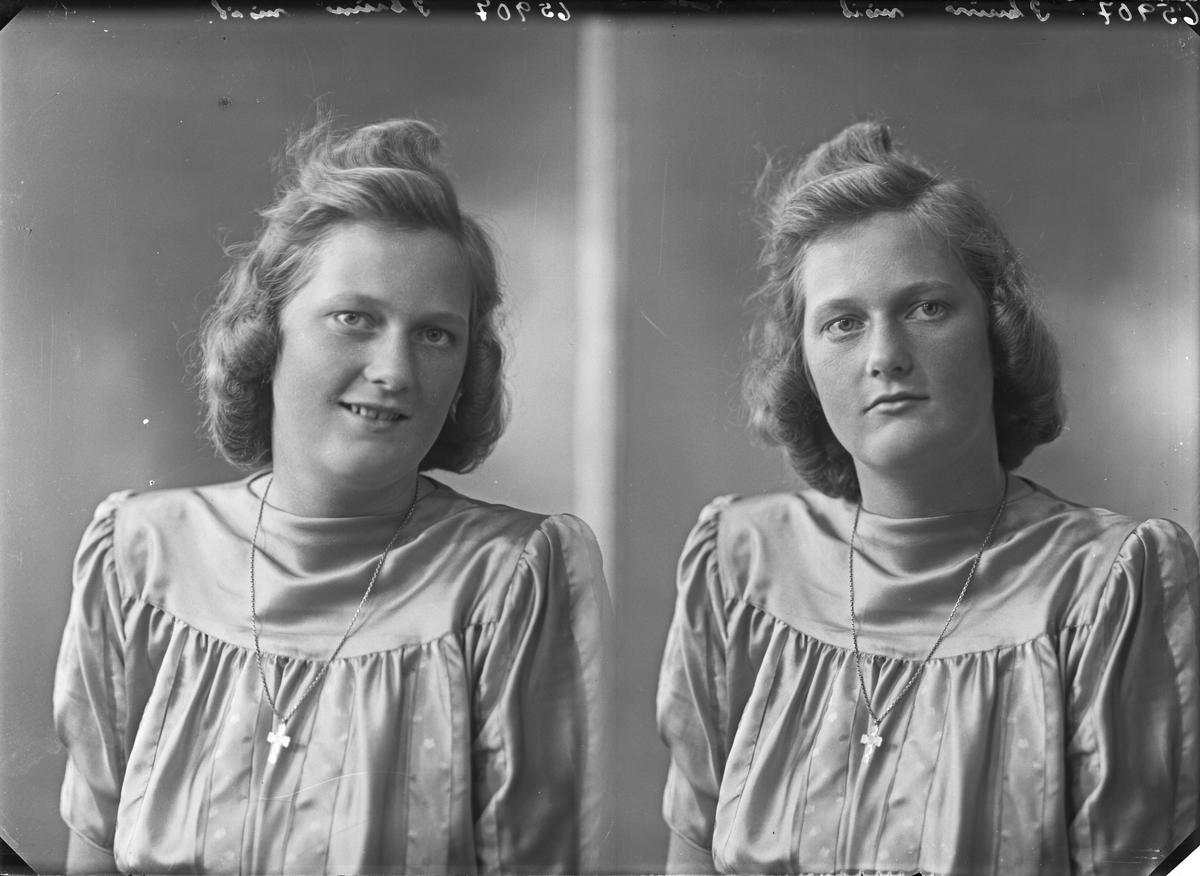 Portrett, Ung kvinne i lys kjole med kors rundt halsen. Bestilt av Frk Eva Stange.