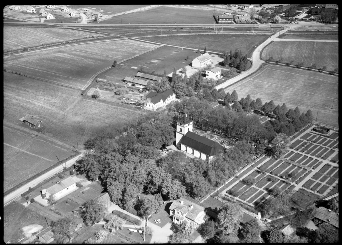 Flygfoto över Kolbäck kyrkan, Kolbäck. Tagen av AB Flygtrafik Dals Långed.