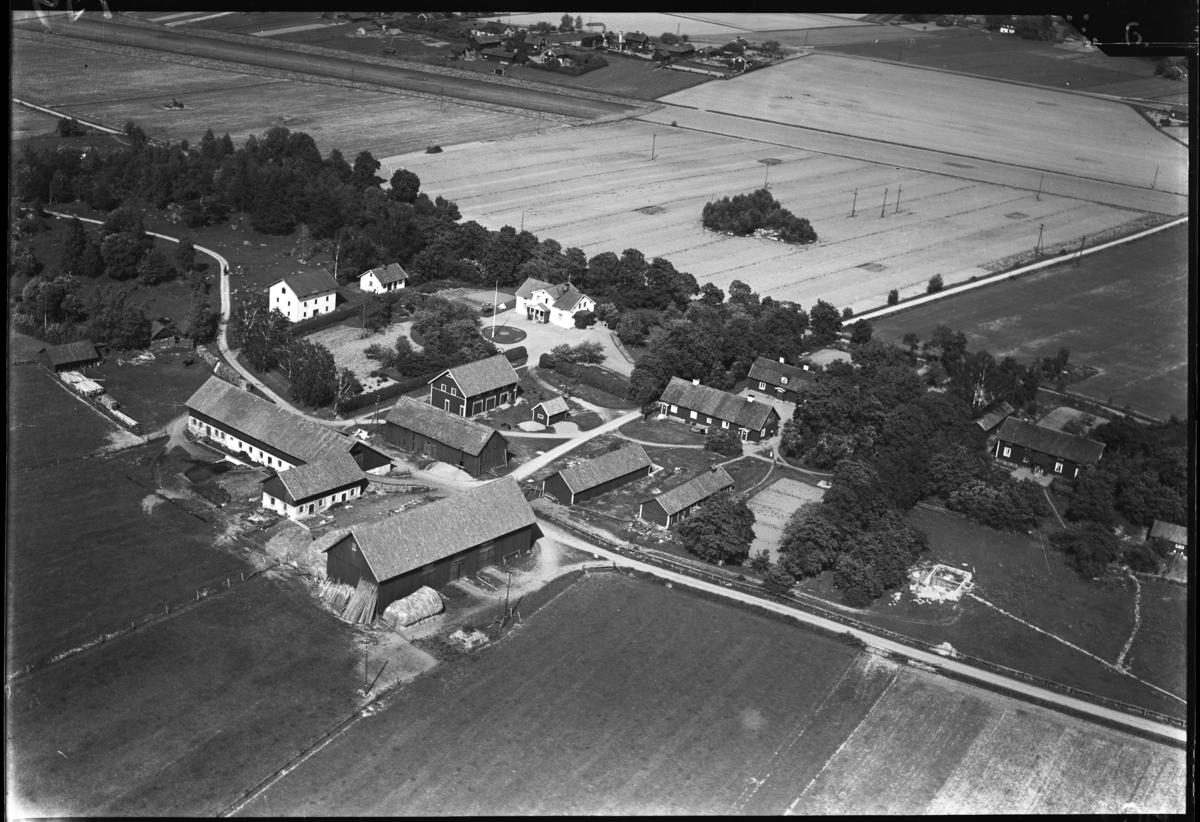 Flygfoto över Frössvi gård, Hallstahammar. Tagen av Ahrenbergsflyg.