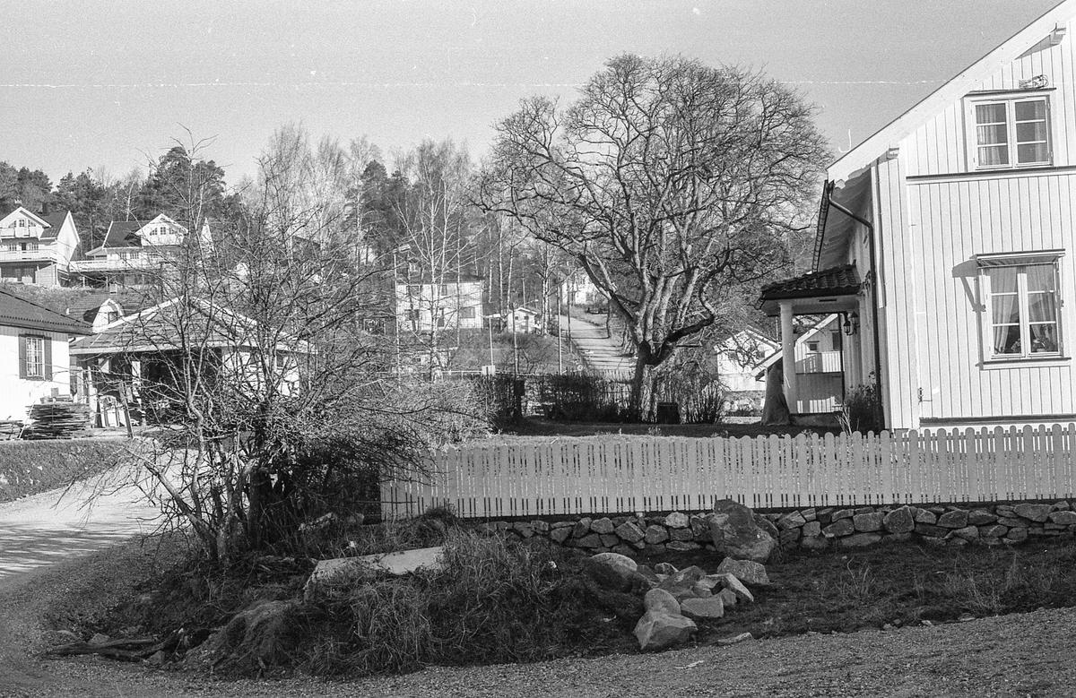 Kongeveien i Ås gjennom Nordby fra Landbrukshøyskolen, Ås kirke og Riisallene til Nordby. Under dalsbroen. Husmannsplassen Egge, like sør for Melby. Vidar Aasheim tv. og Erik Aas jr. i mørk vinterfrakk.