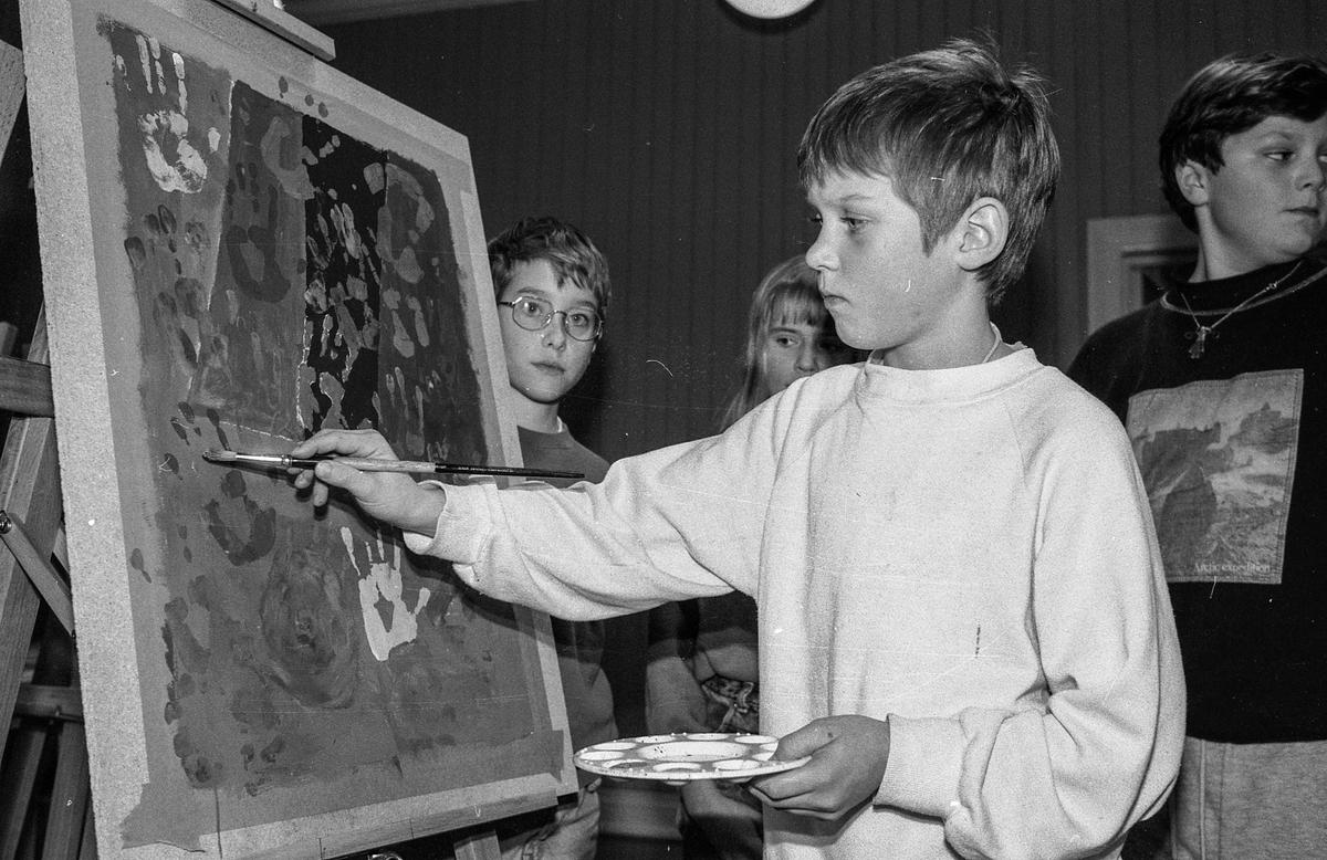 Kunstskole for barn og unge på Kolbotn. Øystein Kielland-Olsen ved staffeliet.