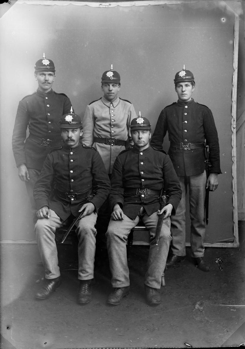 5 menn med uniform med hjelm og uniform for menige. De har våpenjakke modell 1888 og hjelm modell 1891. Jørstadmoen (antatt)
