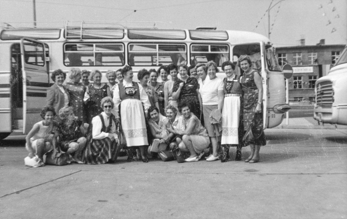Gruppebilete, norsk delegasjon, bunad, buss, bil, Østersjøuka, Rostock