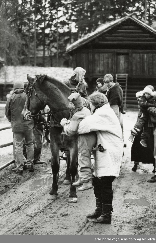 Bygdøy Folkemuseum. Julemarked. Barna får kjøre med hest og kjerre. 7. desember 1992
