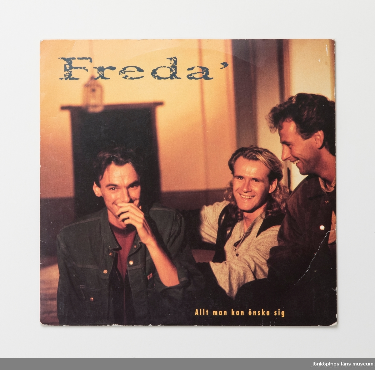 Singel-skiva av svart vinyl med vit pappersetikett, i omslag av papper. Framsidan av omslaget har ett färgfotografi av gruppen.  Innehåll Sida A: Allt man kan önska sig Sida B: Öppen för dig  JM 55208:1, Skiva JM 55208:2, Omslag