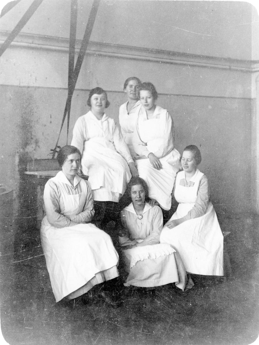 Gruppbild av 6 kvinnliga sjuksköterskor som arbetar på Alingsås lasarett.
