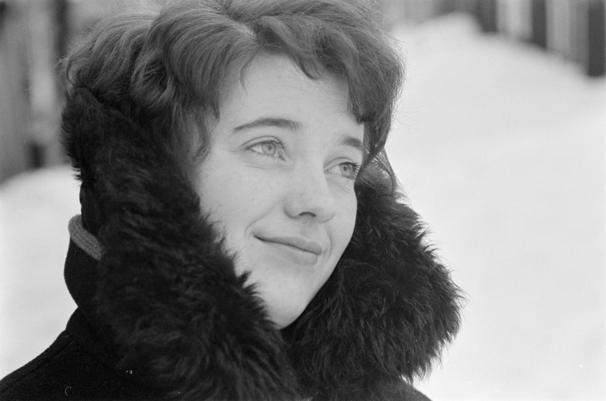 Portrett av en kvinne i bylandskapet på Røros.