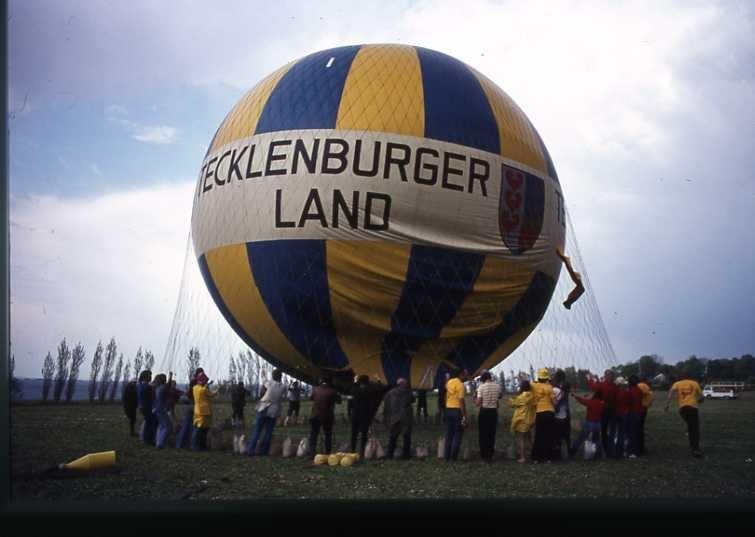 Ballongfestival 1973 i Gränna. Gasballongen Tecklenburger Land, omgiven av folk, görs färdig för att lyfta. Diabild.