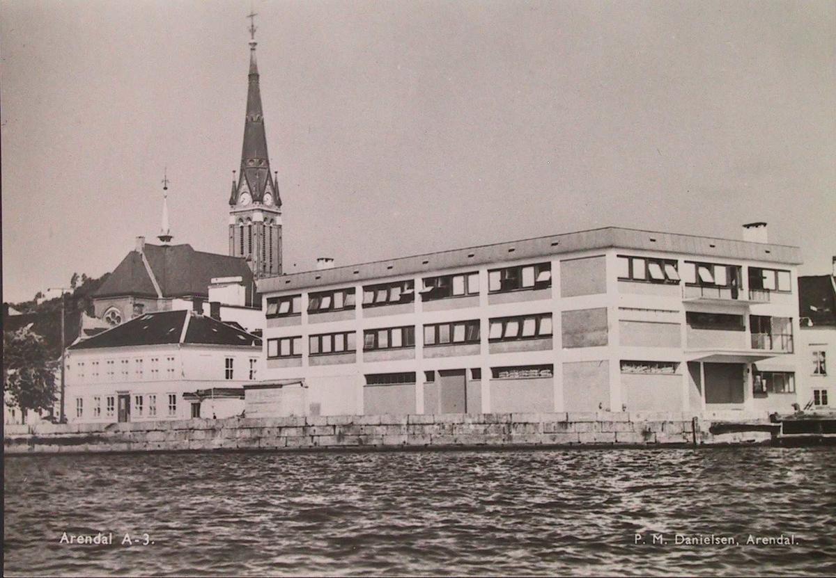 Th. Otterslands lager, bygd i 1950 årene. Tv. Teaterplassen 5. Sett fra sjøen.