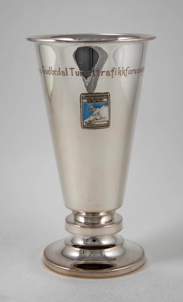 Sølvpokal med Lillehammers emblem.