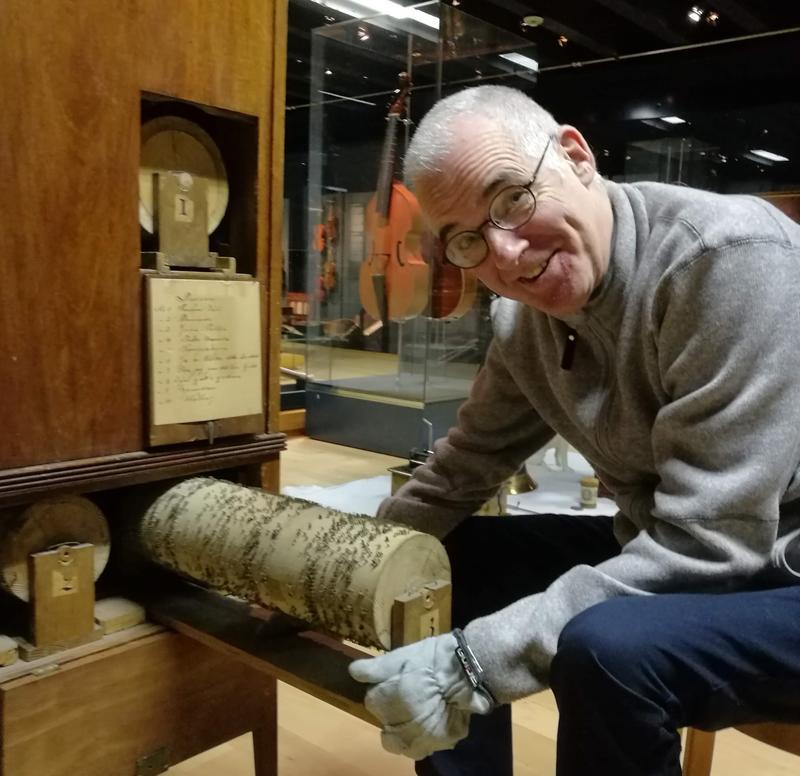 Konservator Mats Kroutén finner skatter inni dreiepositivet fra 1830-tallet. Foto: Ringve Musikkmuseum