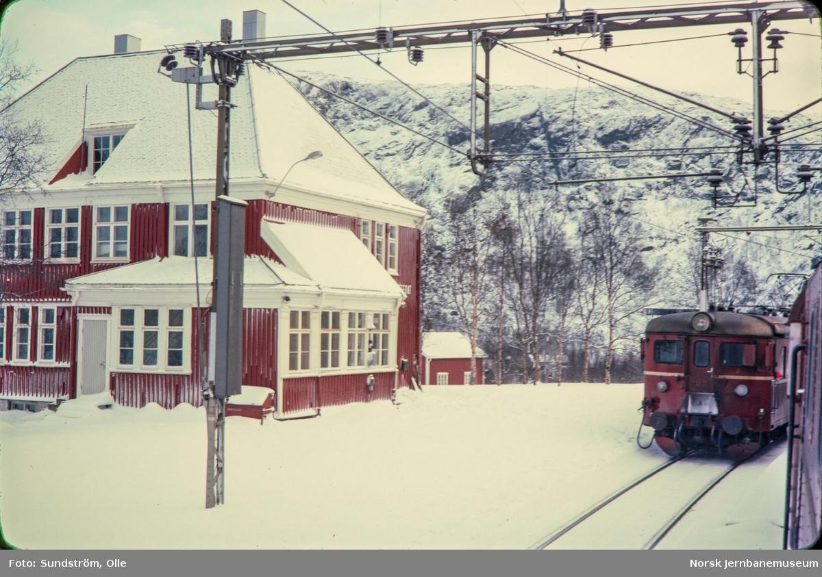 Kryssing på Katterat stasjon mellom tog til Kiruna (Stockholm) og lokaltog til Narvik.
