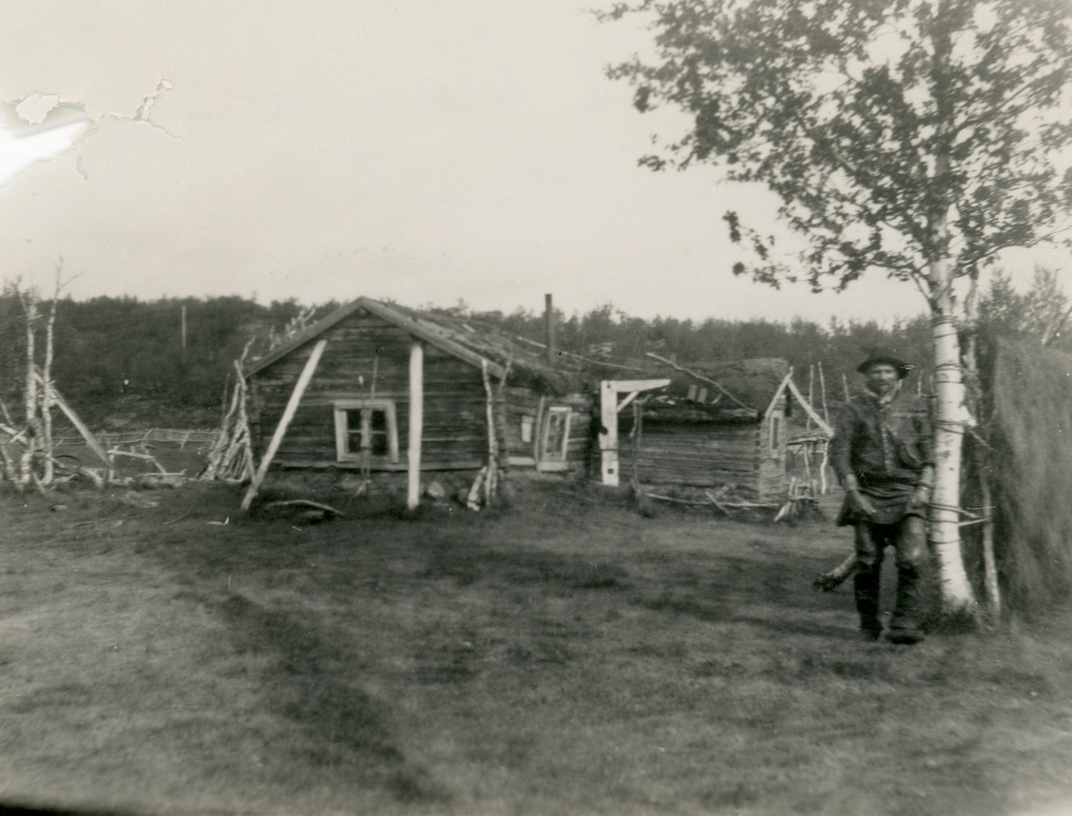 Prospektfotografi av ei eldre stue på Meron, Kautokeino.
