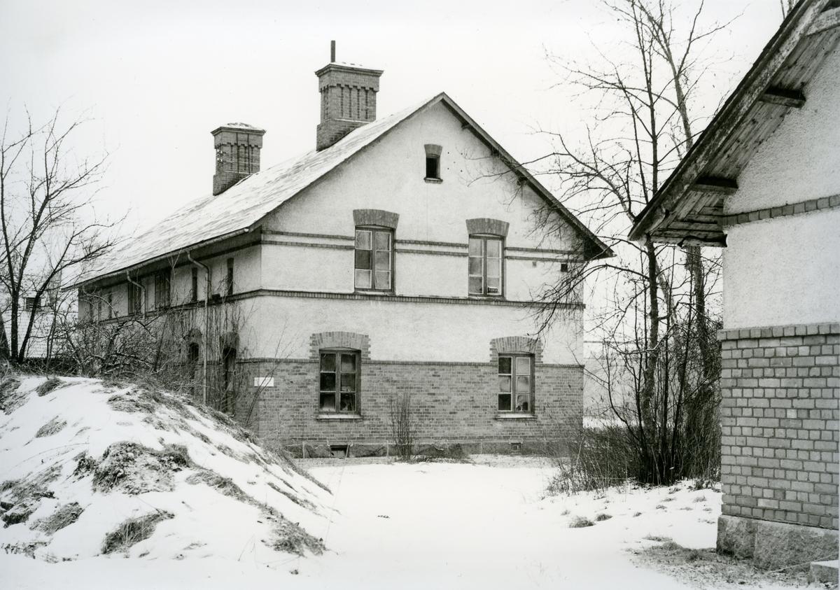 Karbennings sn. Snytens järnvägsstation, byggnad med trasiga fönster på stationsområdet, 1971.