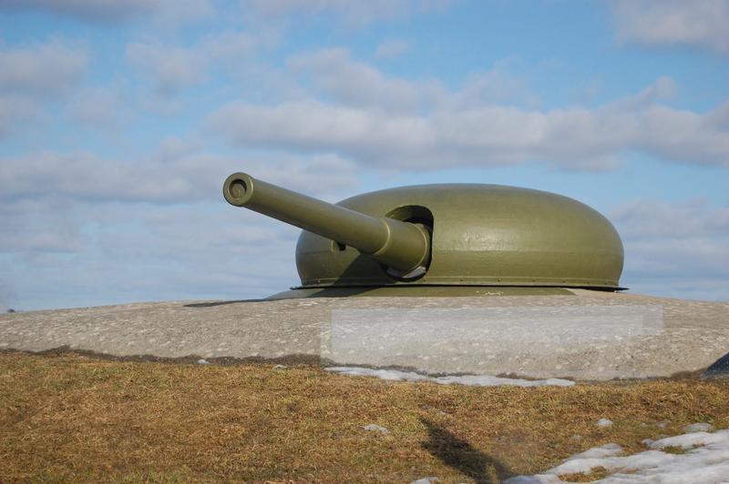 Den store Schneider-kanonen fra 1905 kan sees fra vanntårnet inne i museet. (Foto/Photo)