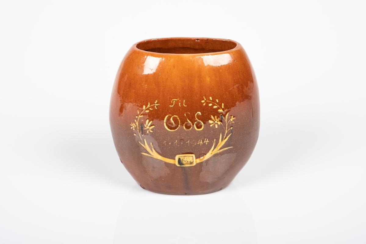 På baksiden av vasen er det motiv av en tiurleik stående på en kvist fra en trestamme. I bakgrunnen ser man to grantrær og et annet tre uten blader.