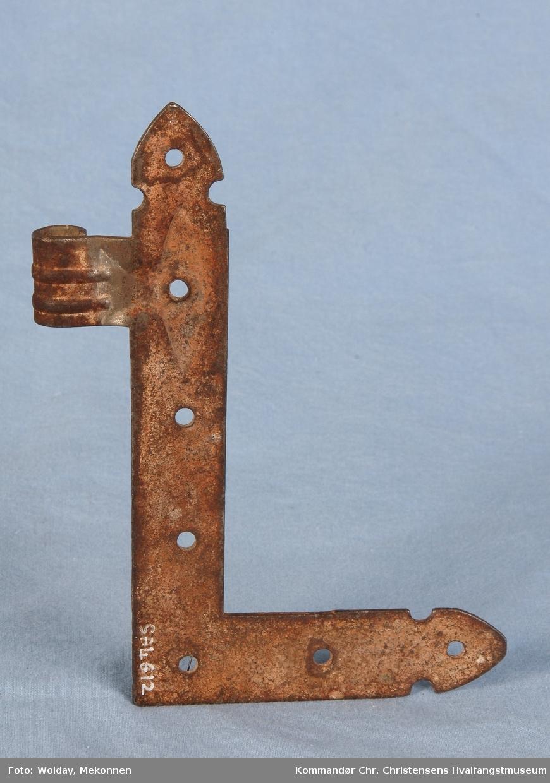 """Form: Vinkelformet, flat, 7 hull til skruer, """"spyd"""" danner avslutning, utstanset motiv, stilpreg jugend"""