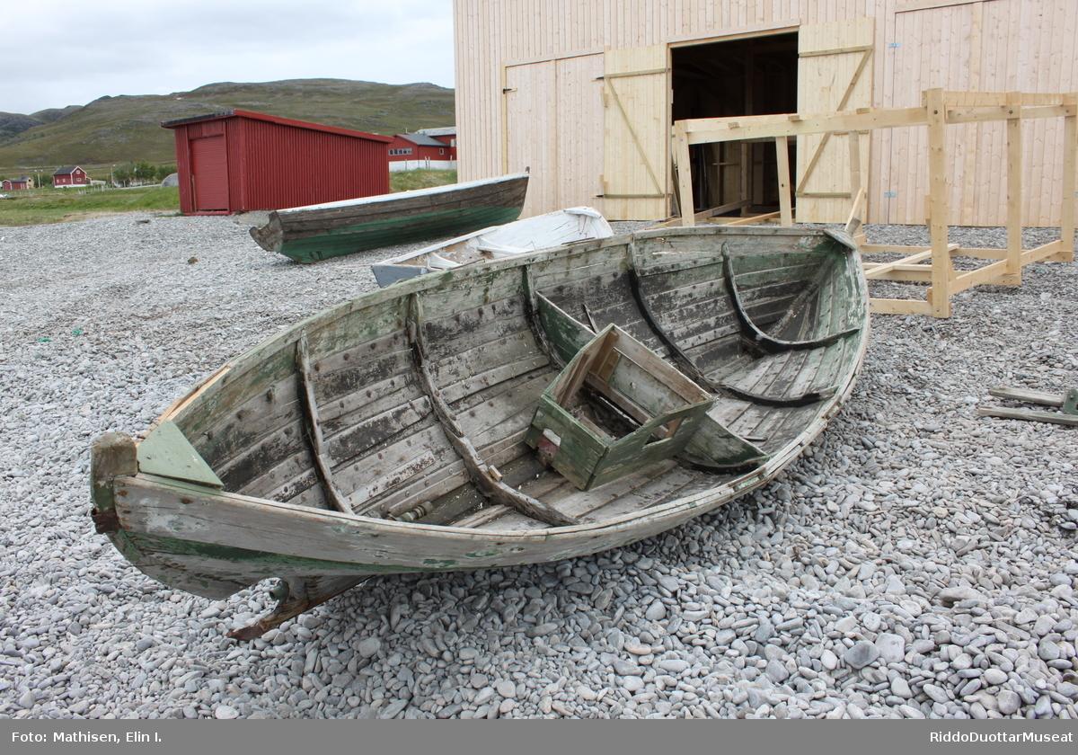 Stevn og kjøl Båten har slakt buede stevner med to stevnskaringer. Forstevnen er ekstra kraftig fordi den er dobbel øverst. Stevnen er forsterket med 2,5 cm bredt stevnjern fra midten og ned under fremlot. Jernet er rustent, løsnet og knekt av øverst, så bare spor etter avrevet jern står igjen.  I akterstevnen er det gjort en utsparing for propell, slik at den nederste delen av stevnen er buet innover (konkavt), og kjølbord og bunnbord er formet deretter. På innsiden i akterskottet, kan man se stevnen som en konveks bue innover. Oppå den konvekse buen inni båten, er det montert en 13 cm lang forsterkning/tre klamp. I denne klampen er det tappet et firkanthull på ca. 3,5 x 3,5 cm, til feste for mesanmasten. Kjølen er 358 cm, med en stilk på ca. 3 cm bakerst. Under stilken er det skrudd fast et 3 cm langt U-jern. Et 5 cm bredt flattjern dekker den siste halve meteren av kjølen, går under stilken med U-jernet, og stikker derfra 13 cm ut. Enden av jernet er bøyd oppover og slutter utenfor propellen i en firkantet spiss (ligner en gammeldags skitupp). Firkanten ytterst indikerer at den ikke er en styrepik (nederste feste for styret), men kun en beskyttelse for propellen. Styret er borte, en rusten todelt løkke står igjen øverst på stevnen der hvor jernløkka fra styrbladet skal skyves inn, og bare en rustflekk etter det nederste festet står igjen på akterstevnen.  Styret må ha vært formet krum etter stevnen slik festene indikerer.  Kjølen er forsterket med en slitekjøl av tre, fra der stevnjernet slutter og jernforsterkningen bak begynner. Slitekjølen av tre er vanskelig å se, fordi den i ettertid er dekket med et oppsplittet vannrør av svart plast. Skrog Båten har 5 skottband (tverrstivere/spanter), som dekker hele båtens bredde. Skottbandene har botnband i bunnen og betatak med en skjøt på begge sider langs skroget, unntatt den fremste som er litt kortere enn de andre, og er skjøtt kun på styrbord side.  Huden/skroget består av kjølbord, sandbord, 3 rembord og ripebord.