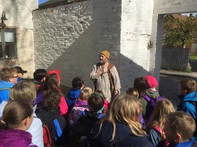 Elevene får et levende møte med historien når de besøker Gamlebyen og Fredrikstad Museum.