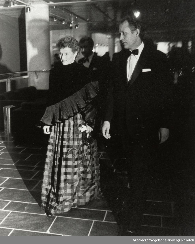 Det Norske Teatret. Fra åpningen av det mest moderne teaterhuset i Nord-Europa. Kronprinsesse Sonja og teatersjef Svein Erik Brodal. September 1985