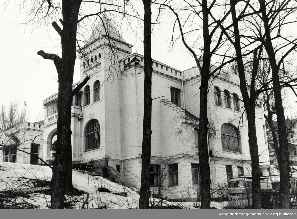 Drammensveien 102 E. Harry Fett-villaen. April 1987