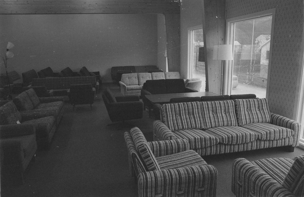 Jarle Jørgensen Møbelforretning, åpning av nybutikken 1971. Inne fra butikken. (Forretningen hadde opprinnelig 1 etasje og ble utvidet med en 2.etg.)