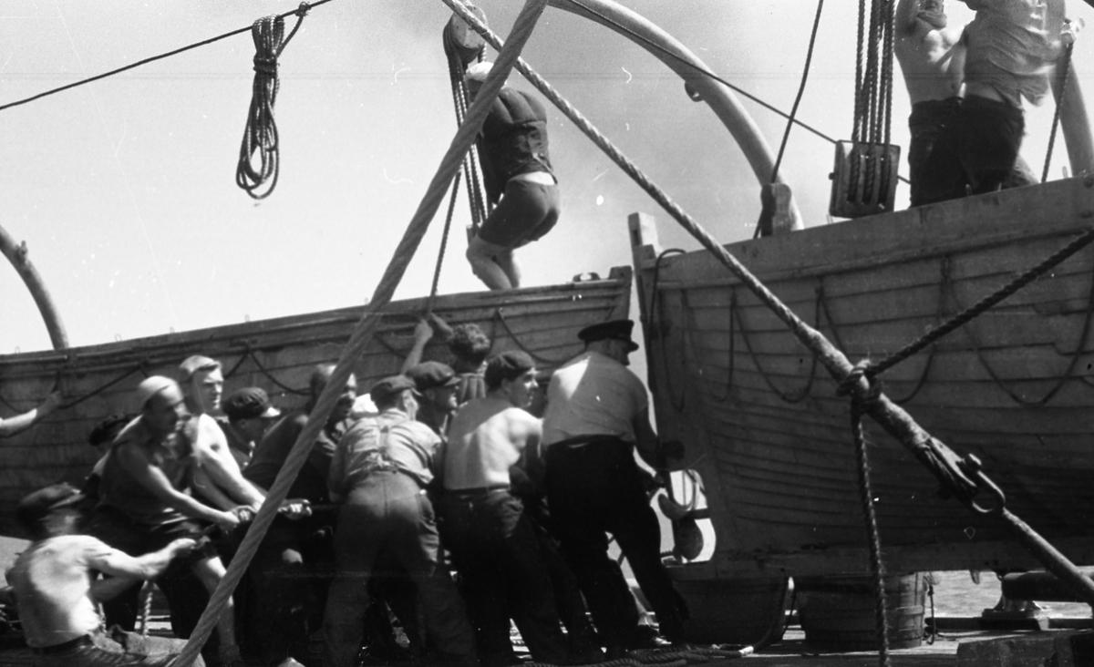 Mannskapet tester livbåtene. Suderøy på fangstfeltet.