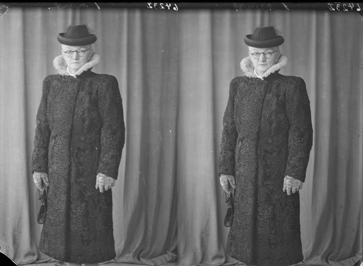 Portrett. Voksen kvinne med briller i lang mørk pels og hatt. Bestilt av Fru Sigvald Lie.