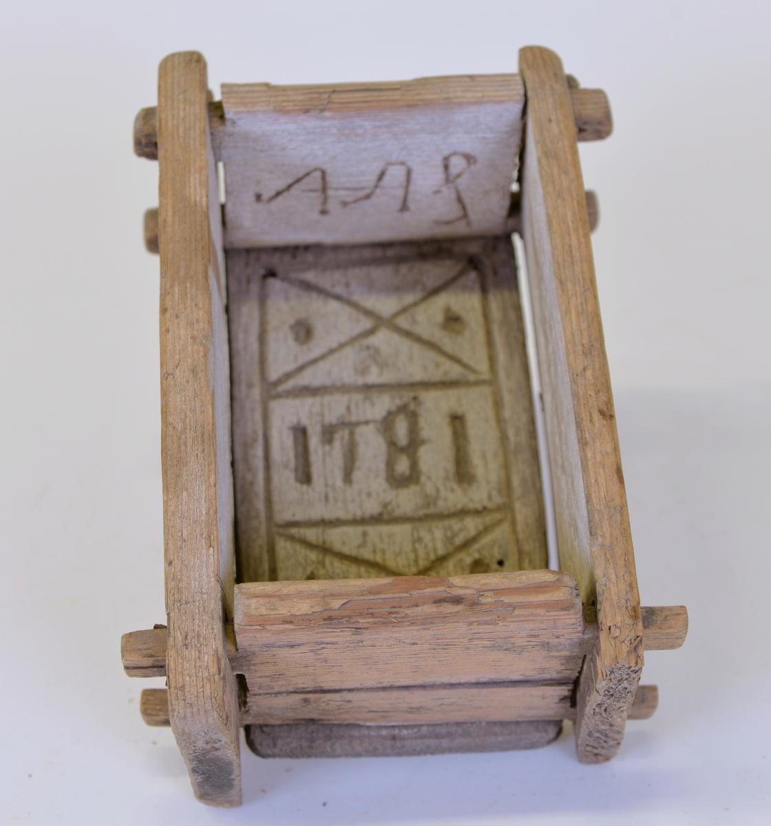 Ostkar med spegelvänd dekor inskuren samt årtalet 1781.