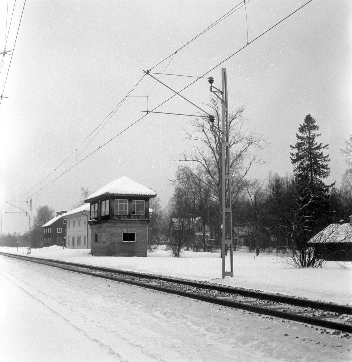 Järnvägsstationen i Byvalla. Byggnaden i förgrunden är ett ställverkshus, stationshuset är det vita huset där bakom.