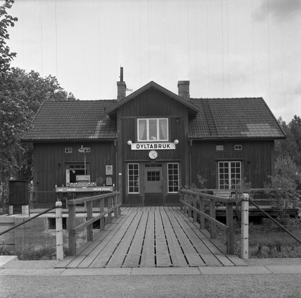 Dylta bruk stationshus. Stationen togs i bruk 1856 och var från början en gammal prästbostad.