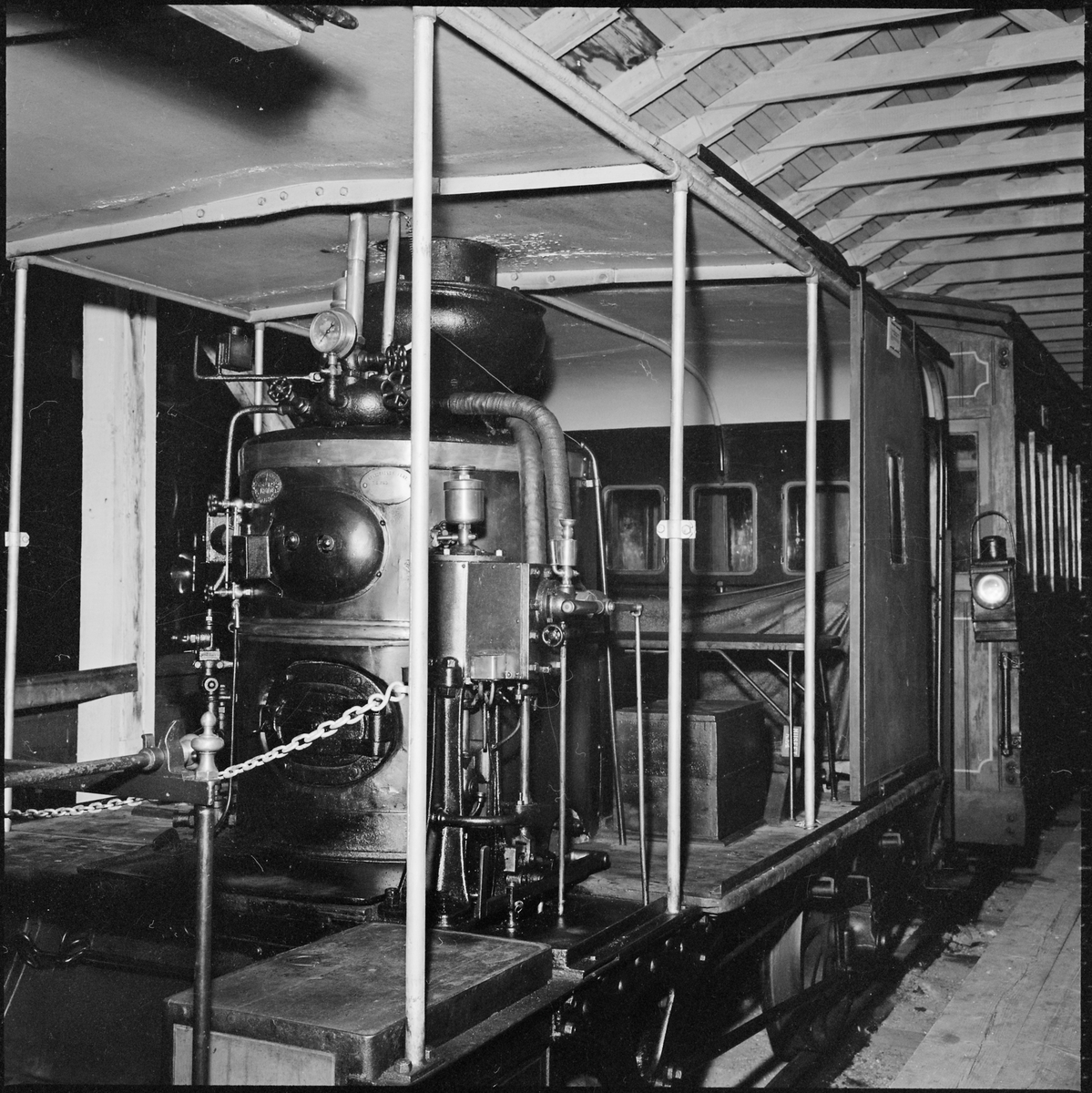 Uddevalla - Vänersborg - Herrljunga Järnväg, UVHJ 1A0Åv. UVHJ's ångvagn i järnvägsmuseums lokaler i Tomteboda.