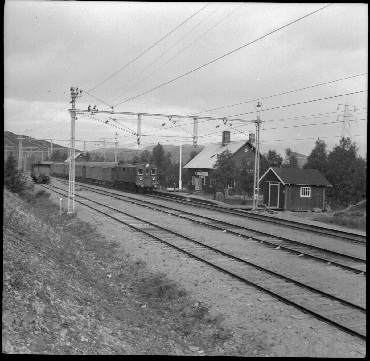 Södergående persontåg 21 med lok SJ Dk 444 och SJ F04 resgodsvagn vid Stenbacken station.