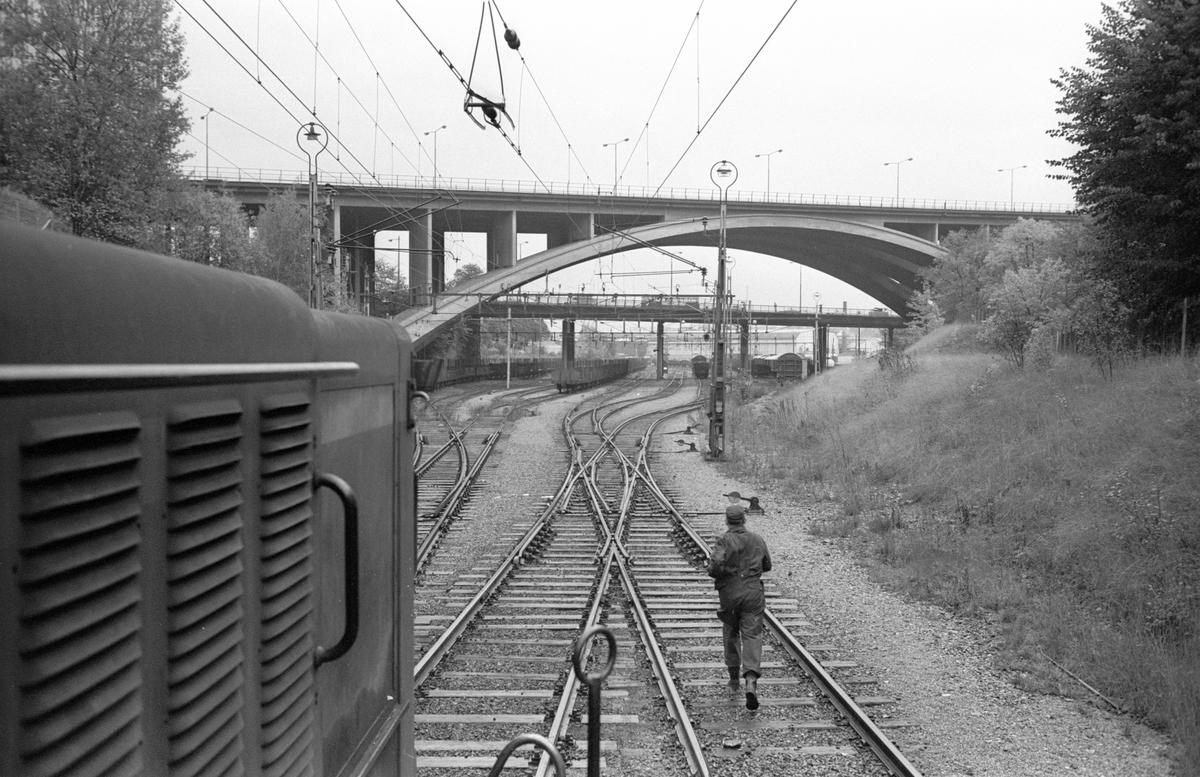 Statens Järnvägar SJ T21 107 diesellok. Skanstull. Skanstullbroarna i bakgrunden. Fotot taget mot Skanstull.