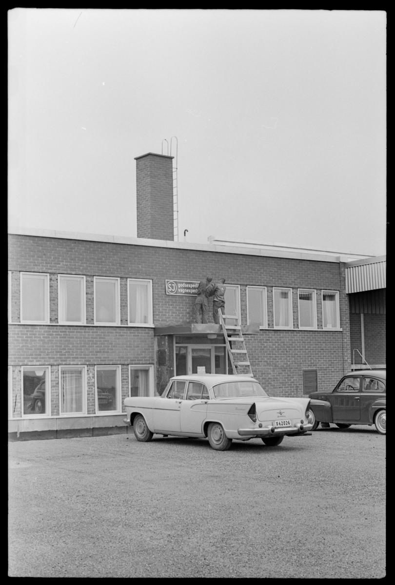 Uppsättning av skylt vid SJ godsexpedition, Gävle godsbangård.