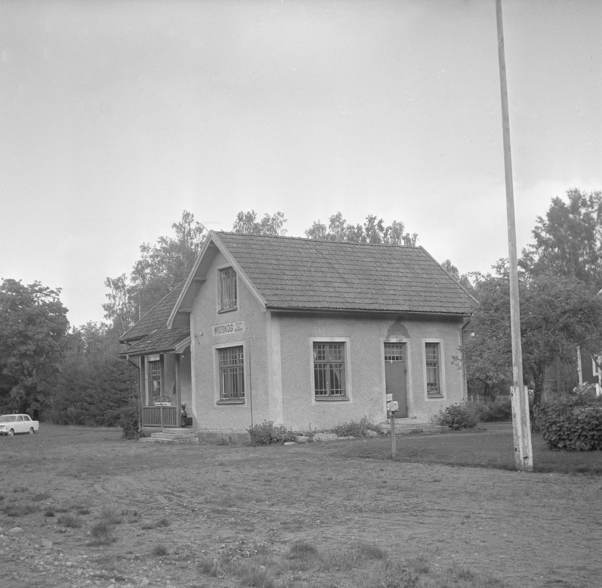 Hållplats anlagd 1917. Envånings reverterat stationshus i vinkel