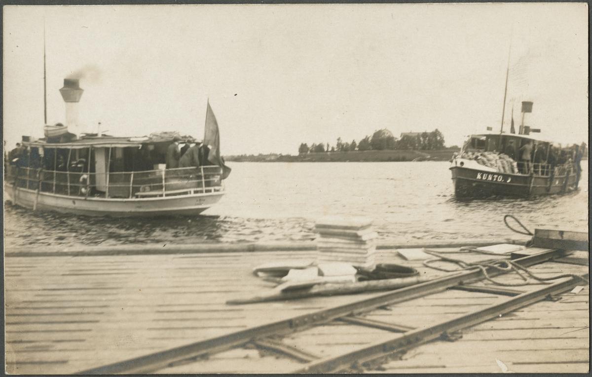 Båtar anländer med invalider till hamnen i Haparanda.