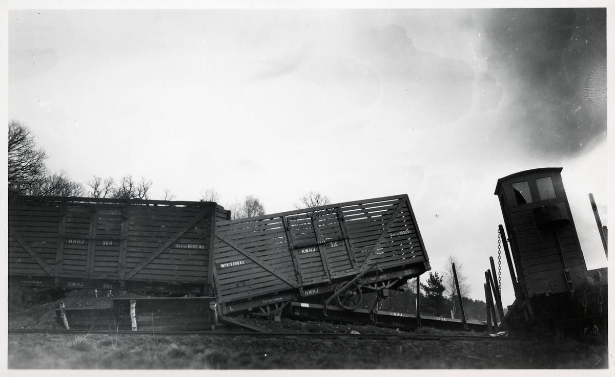 Urspårning vid pappersbruket på 1920-talet. Norsholm - Västervik - Hultsfreds Järnvägar, NVHJ L 904, NVHJ L 915, NVHJ NN 1738.