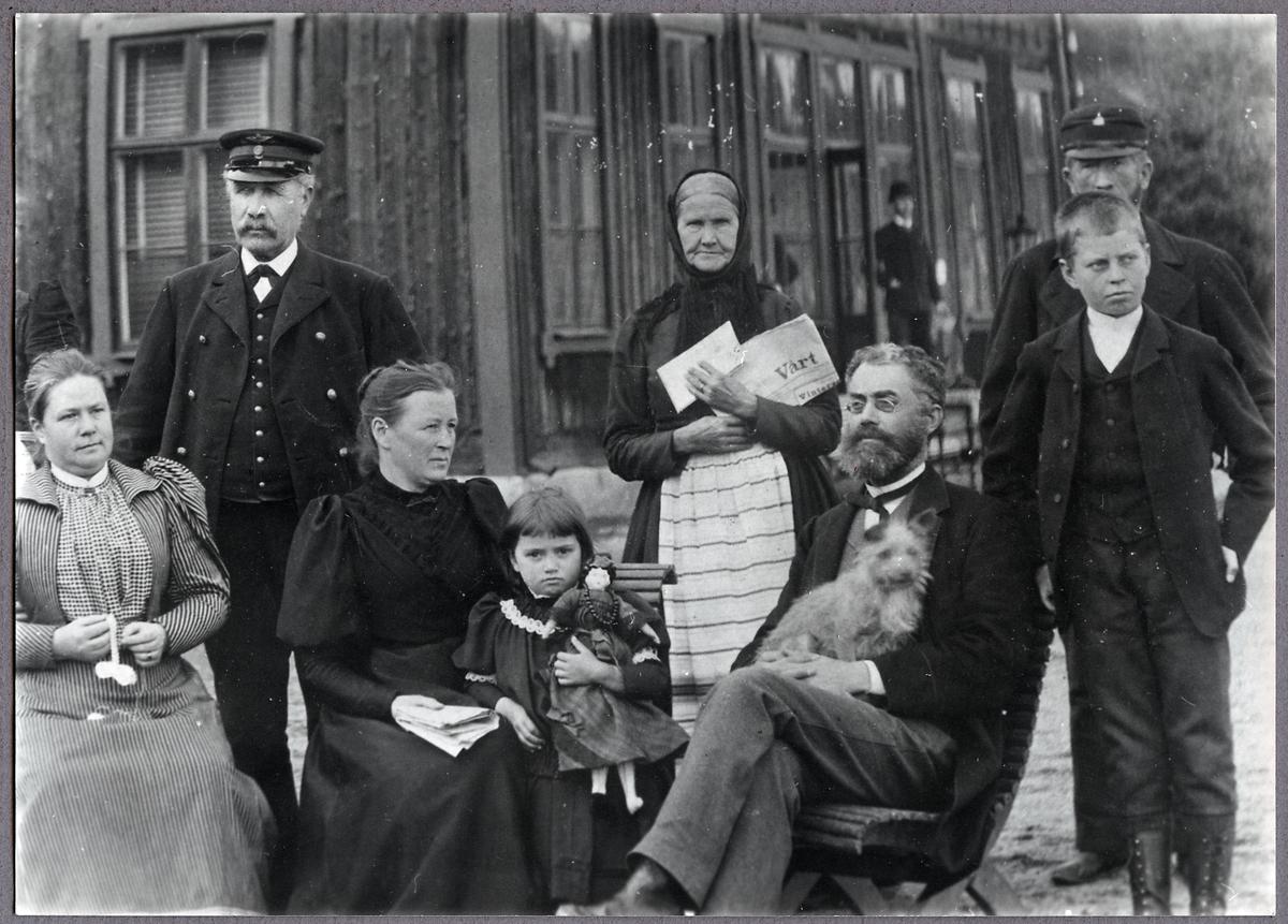 Personal vid Gamleby station. Stins Anders Ohlsson med familj, samt Postmästare Rosin och Banvakt Stark.