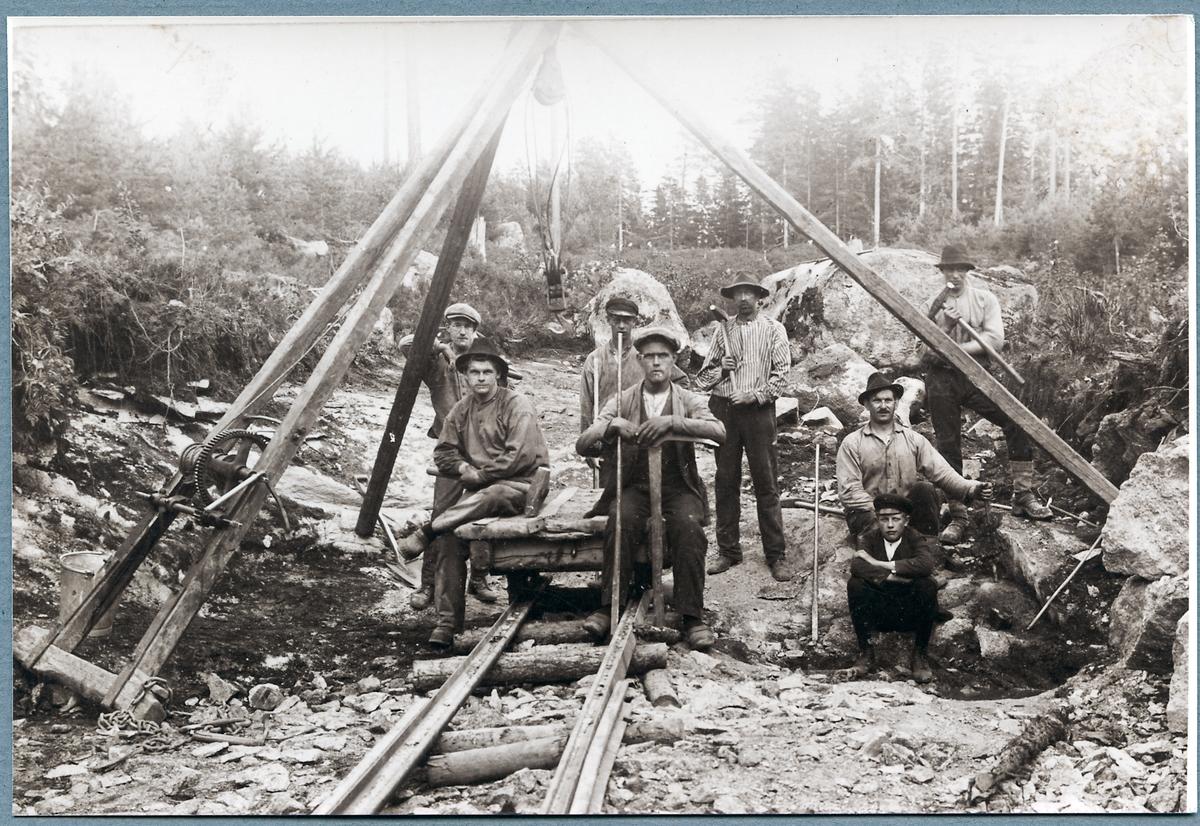 Arbetare vid bygget Vimmerby - Ydre Järnväg uppställda för fotografering. Sittande till vänster i bild Jakob Melander.