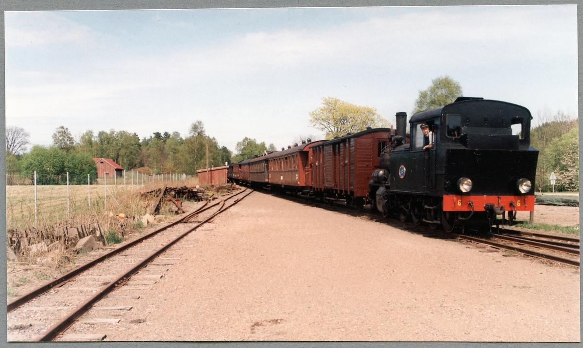 Extra persontåg draget av Byvalla - Långshyttans Järnväg, BLJ lok 6.