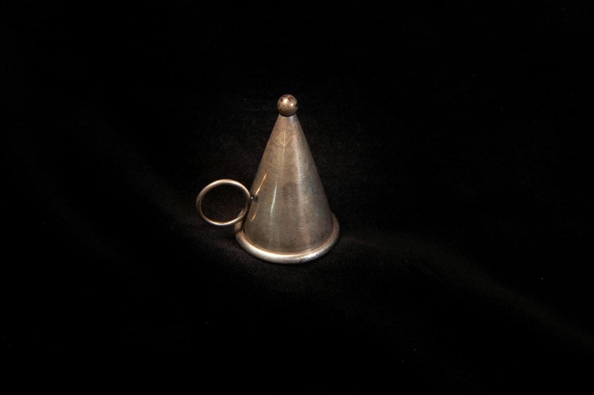 En omvänt trattformad ljussläckare av silver, avslutad med knopp. Slät modell med ögla nedtill att hålla i.