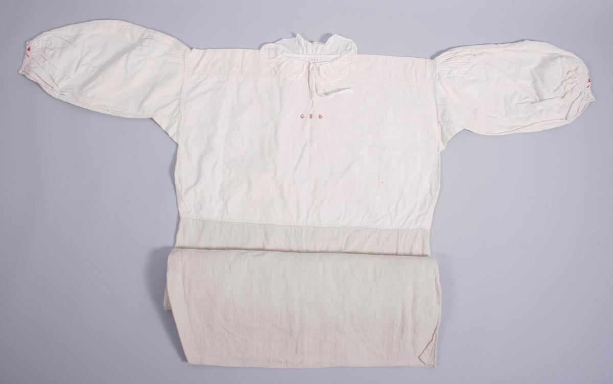 Skjorten er av to typer lin, fin lin i overdelen og grovere i nedre del. Skjorten har bærestykke med hvitsømsbroderi og splitt MF med broderte initialer under splitten. Splitten er forsterket med en regels i nedre kant. Krave i tynn bomull, er lagt i legg til halsrigningen. Knyttebånd i halsen. Ermene er lagt i små legg over skuldrene. Spjeld under erme. Ermene er tett rynket til ermlinningen. Linningen har 2 håndsydde knapphull og har broderi med både hvitt og rødt garn. Splitter i sidene på skjorten.