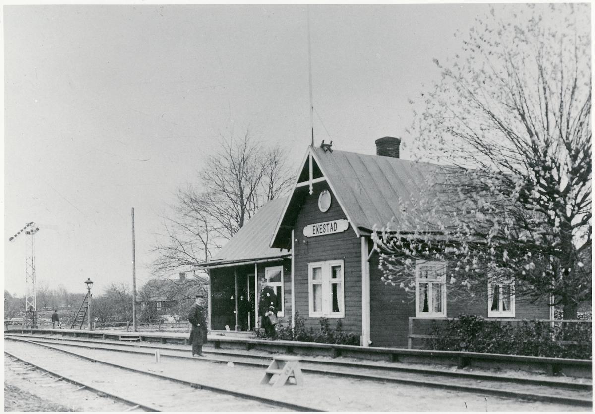 Hållplats anlagd 1885. Envånings stationshus i trä, byggt i vinkel med en gavel mot banan