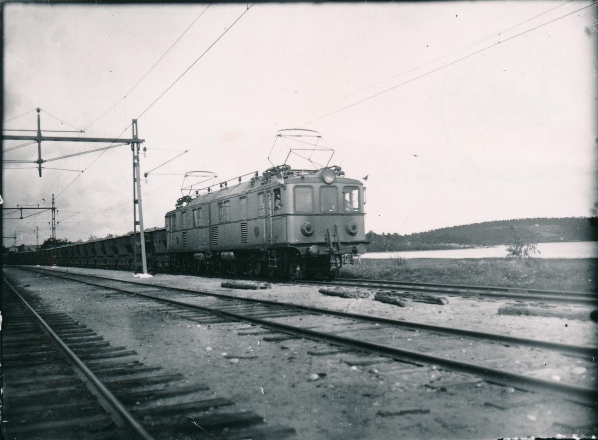 Redan 1883  började anläggningsarbeten på Svartön vid Luleå för järnvägen Luleå Gällivare - Luossavaara - Victoriahamn. Det tog nästan 6 år innan det första malmtåget kom ned till Luleå 1888. Banan byggdes av Sverige & Norge Järnväg. Det visade sig dock snabbt att banans standard var alltför dålig och kostnaderna höga. Finansieringarna från ett engelskt bolag räckte inte till för att förbättra det. Banan togs därför över av staten redan i februari 1891. Året därpå startade åter malm- och persontrafik på hela sträckan. Exploateringen i malmgruvorna började öka. Kapaciteten har successivt också ökat genom förstärkning av bana, broar, mötesstationer och elektrisk drift.  Malmbanan hade både politiska och kommersiella betydelse för landet. På senare tiden den uppmärksammades av turism och har varit destination för dollartåg, biltåg och enklare tåghem. På bilden syns  tungbelastad malmtåg på väg mot Svartön.