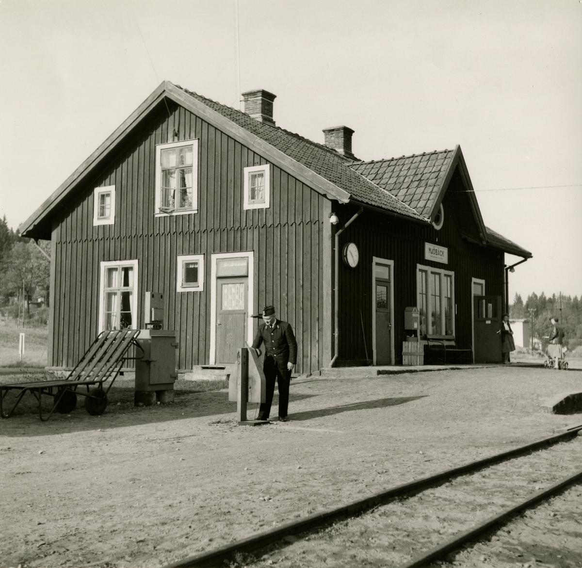 "Mjölbäck station ""Axel Ekelund fäller bomarna"""