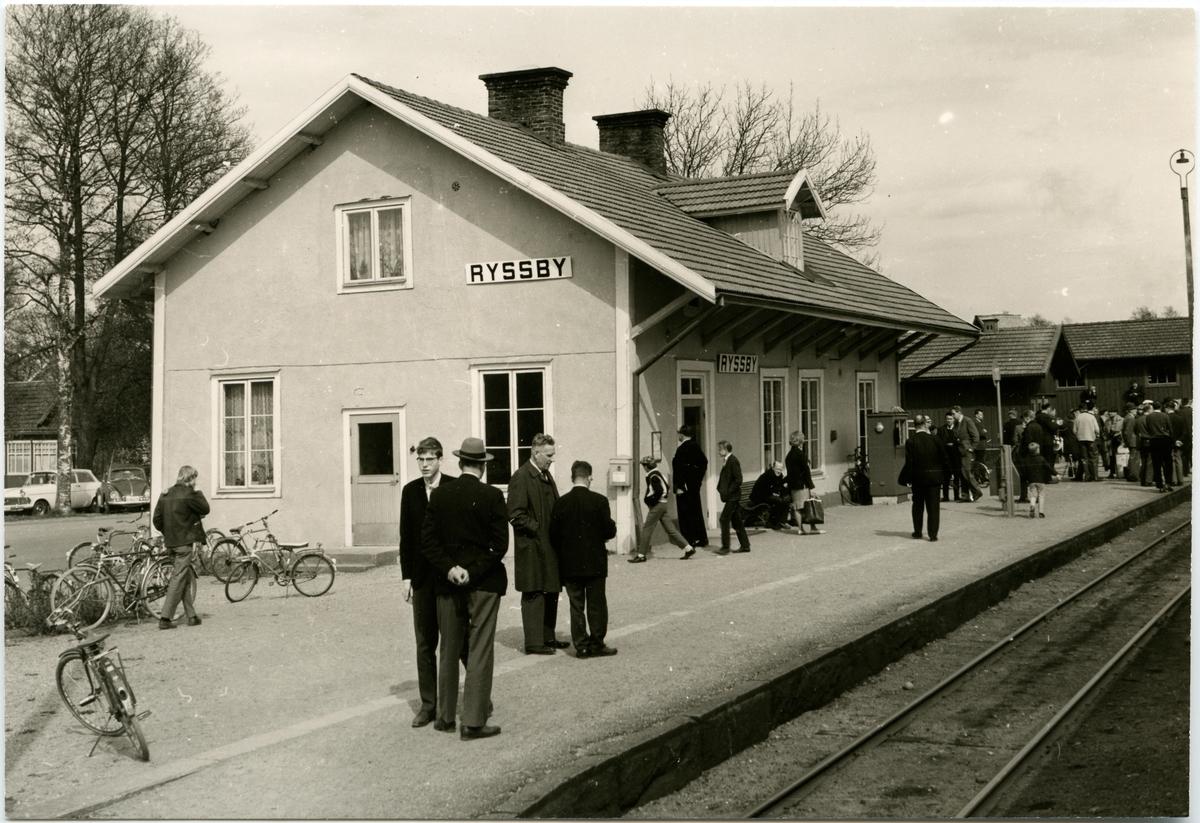 Resande vid Ryssbt Station.