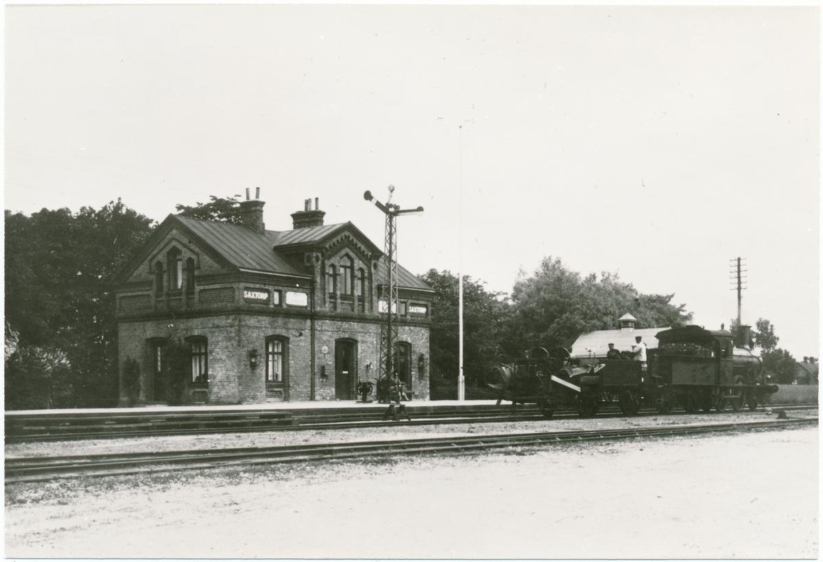 Station öppnad 1893. Byggnaden, en- och enhalvvånings i tegel. På 1950-taled nedgraderades till hållplats. Stationshuset rivet 1982 och hållplatsen nedlagd. Ånglok med tillkopplad ballastplog.
